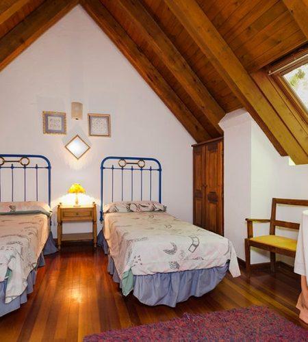 Los Astazu dormitorio doble camas individuales pirineos